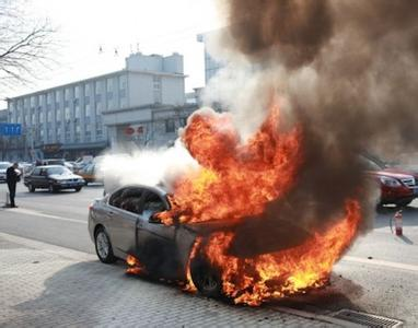 100秒|济南一私家车自燃 过路公交司机沉着灭火