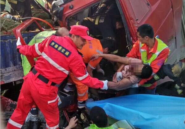 交通事故致两人被困 临沂救援人员生死竞速