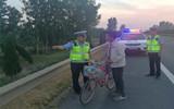 聊城:拾荒男子高速应急车道睡觉 民警发现后送其离开