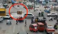 枣庄:三轮车闯红灯致另一三轮车侧翻冒烟起火