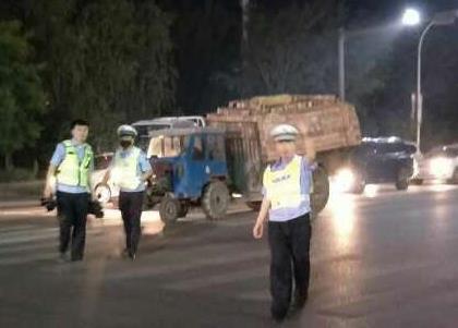 枣庄北外环大货车石子抛洒严重 环卫工一次捡半拖拉机