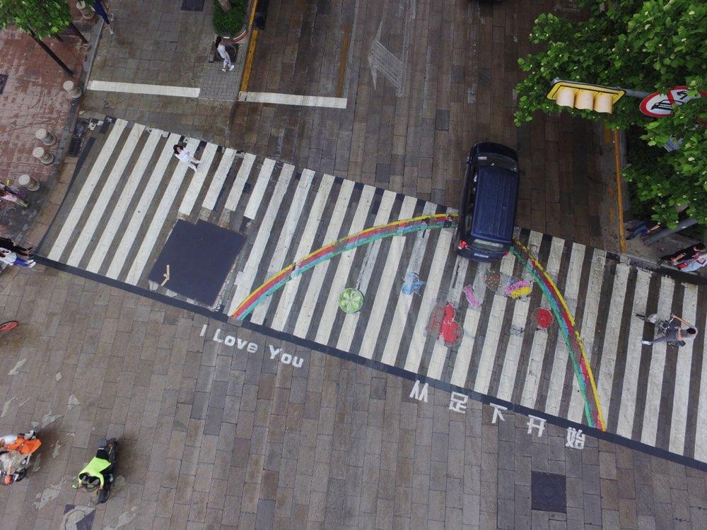 济南泉城路现表白斑马线 创意涂鸦获赞