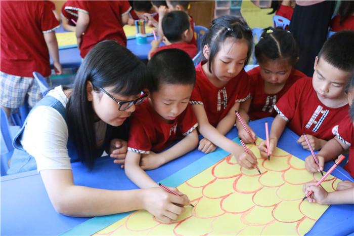 """聊城大学志愿者与幼儿园小朋友制作""""龙舟"""" 庆端午"""