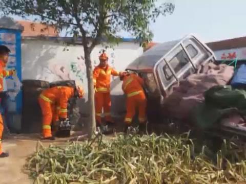 烟台海阳:油门当刹车货车撞墙   热心群众协力抬车救人