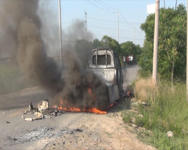 东营:小货车行驶中突然着火 消防提醒夏季谨防高温自燃