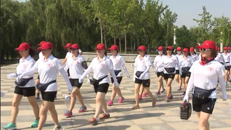 32秒丨壮观!上万人菏泽牡丹园内健步走