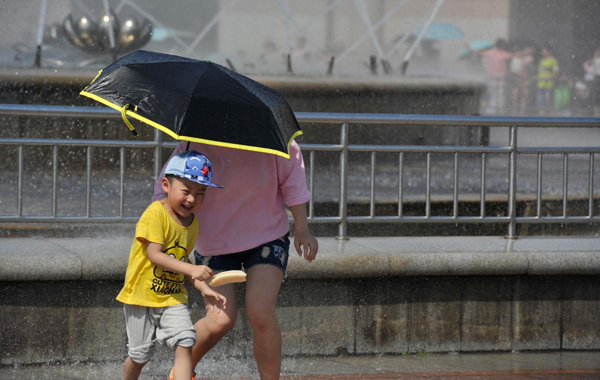 端午假期首日济南迎37℃高温天 市民游客观喷泉享清凉