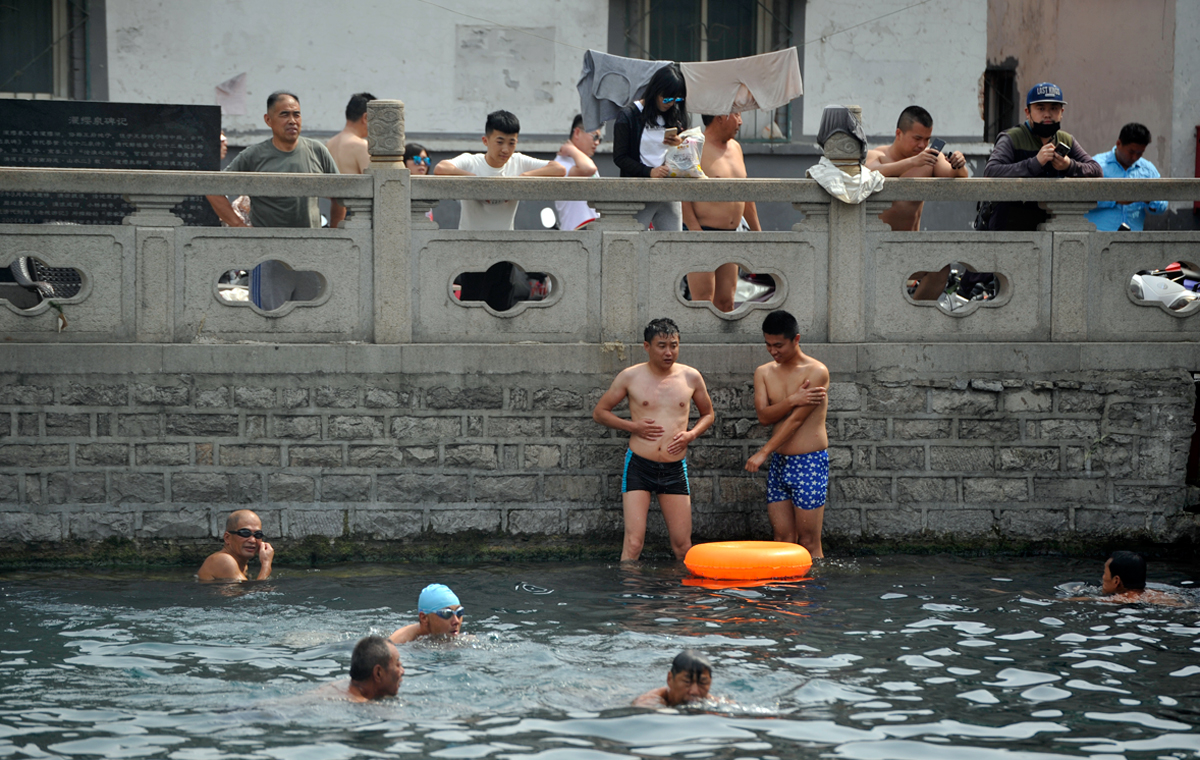 """连日高温济南王府池子人气""""爆棚""""市民扎堆游泳避暑"""