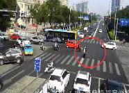 盲人过马路晕倒 日照交警直属大队两位交警及时救助