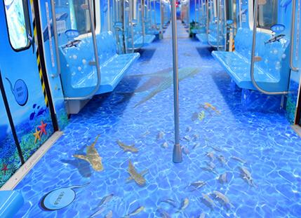 """六一童话:""""美人鱼""""与王子 穿越地铁游青岛海底世界"""