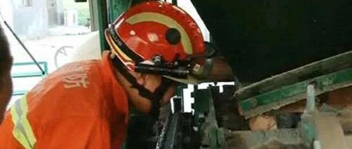 滕州一女子卡进砖机致意识昏迷 消防紧急营救一小时