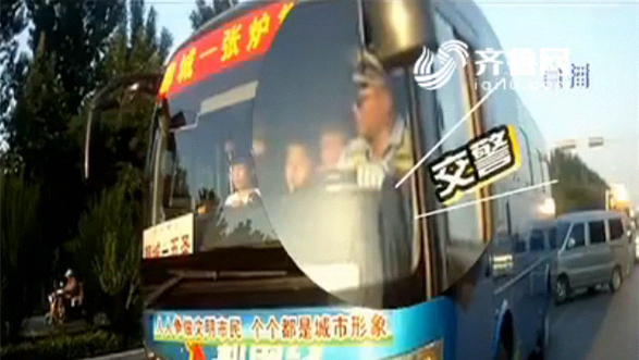 95秒 | 蹊跷!聊城一中巴车交警亲自当司机,闹得哪一出?