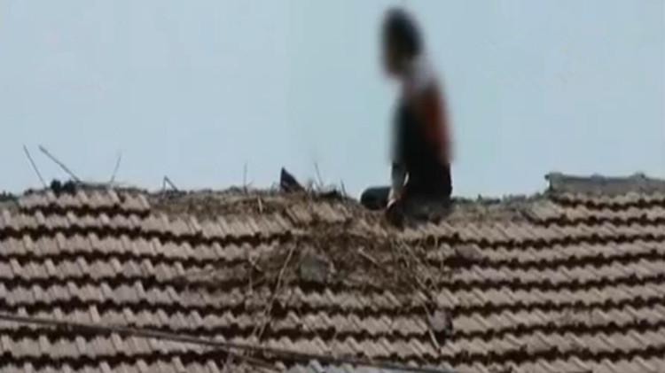 滕州年轻女子爬上房顶欲轻生 消防人员救下轻微中暑