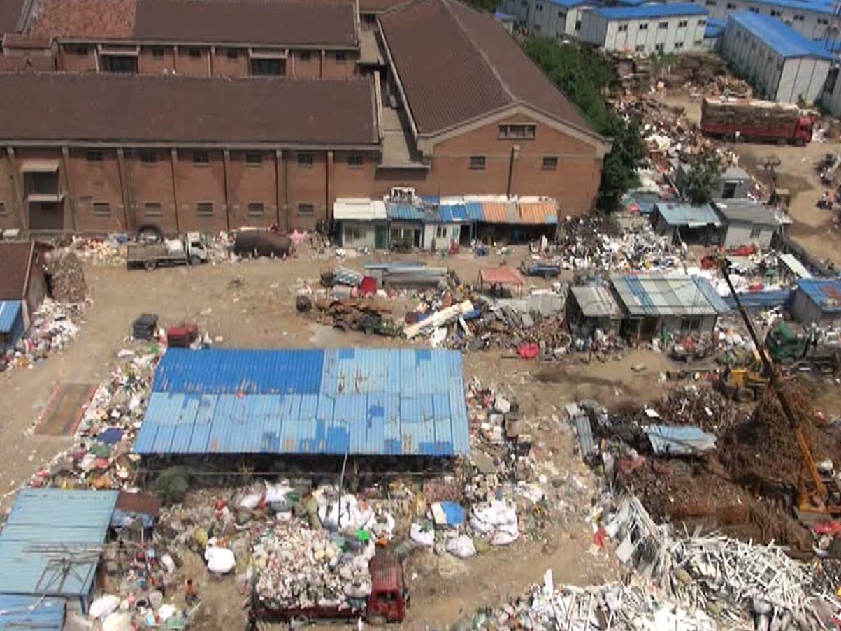 济南:居民楼前现上千平废品收购站   居委会:自行清理后取缔