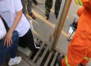 日照女孩腿卡下水道钢管中间 城市主战车出动救援