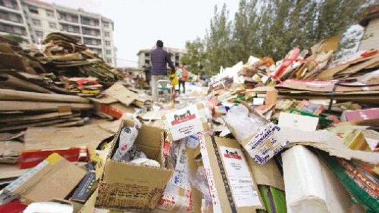 济南一居民楼前现上千平废品收购站,附近居民苦不堪言