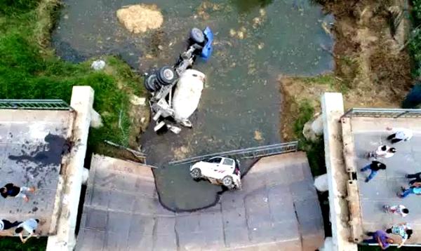菏泽:罐车压垮生产桥两车坠落河中 未造成人员伤亡
