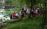 冠县:绿色环保在行动 百余名志愿者徒步湖畔捡垃圾