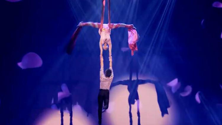 65秒丨探访舞台杂技剧《因为爱》幕后,看幼小的身体如何逆光飞翔