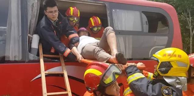 56秒 | 大客追尾公交17名乘客被困 济南消防破窗救人