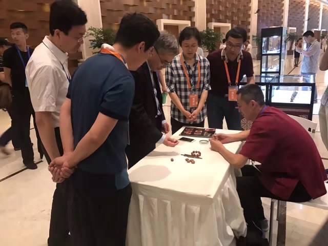 潍坊核雕亮相国际非遗节 精湛技艺引中外游客称赞