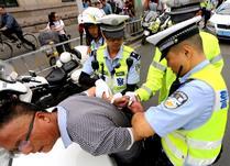 """济南:""""老司机""""酒驾后试图逃跑 被交警一把摁倒"""