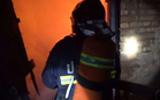 淄博:小区内一平房着火 消防官兵火场救出2位老人