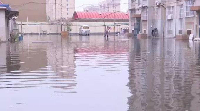 大雨过后东营一小区被淹 排水管道不畅边排边返水