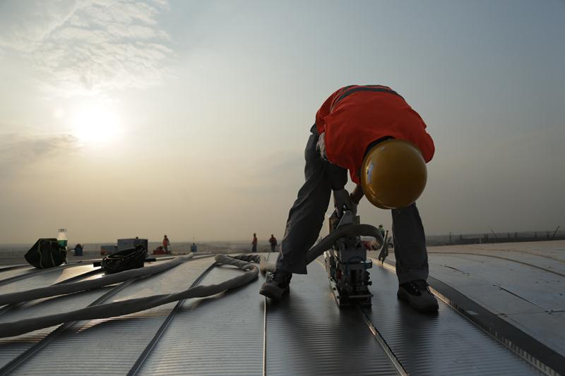 实拍:青岛新机场世界最大航站楼不锈钢屋面开始试拼装