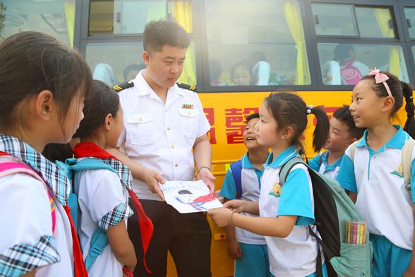 """青岛95后校车照管员的特殊""""父亲节"""":30个孩子齐声叫""""爸爸"""""""