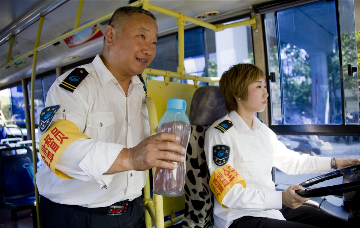 公交车上的父亲节:接过方向盘为您开完最后一站