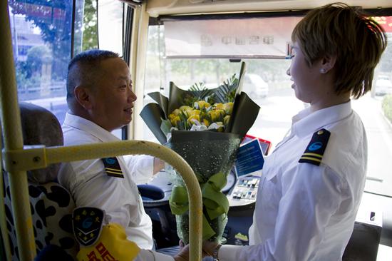 公交车上的父亲节:爸爸和我是同事,我给爸爸的惊喜