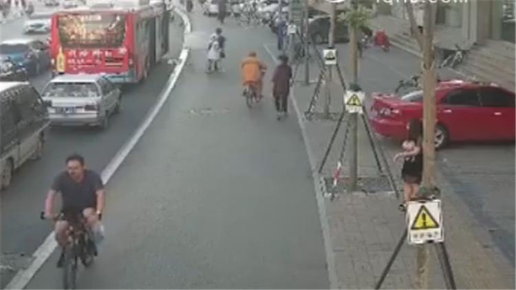 111秒丨济南公交暖心驾驶员 帮助被撞女乘客