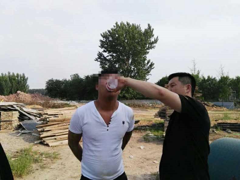 安丘小伙酒后打人潜逃  狂奔两公里后向民警要水喝