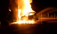 东营:驾驶员开车看手机 轿车撞护栏着火