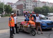 三惠义工助力滨州创城 为烈日下的辛勤工作者送水