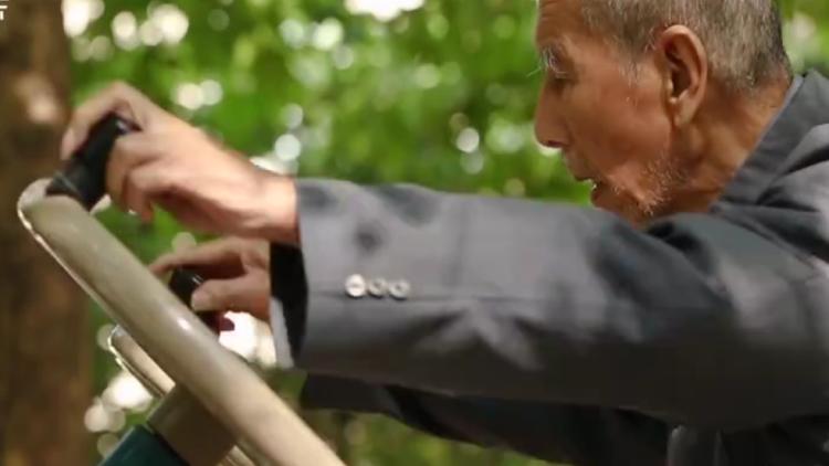 32秒丨97岁老中医玩溜健身器材,经常锻炼竟有这么多好处
