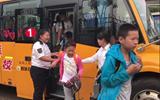 聊城:路面积水难行 校车管理员背36个孩子趟水