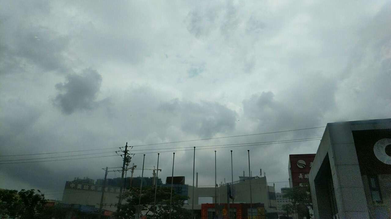 在上午的11点40,莱西市迎来了一场短时间的降雨,仅仅持续了十分钟左右的时间,路面被打湿,但未形成积水。 下午三点钟, 天气真的很调皮,从中午到现在 一直是处于刮风、阴天的天气,一直没有出现降雨, 相信现在不光是莱西市整个胶东半岛,都在期盼着降雨能够赶快到来。根据山东省气象台发布的天气预报预测,今天白天到夜间,全省天气阴有中到大雨,半岛西部地区有暴雨或大暴雨,既然潍坊已经开启了大雨倾盆模式,那么整个胶东半岛还会远吗?