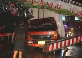 日照:货车撞上限高杆  消防官兵冒雨紧急救援