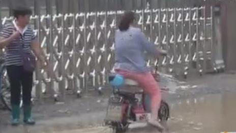 """幼儿园门口""""积水成河"""" 济南市政部门:长期修复尚需时日"""