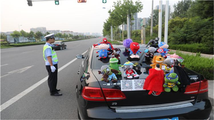 120秒:为吸引眼球 日照一辆私家车摆满玩偶