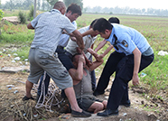 武城村民意外坠井井水淹至肩颈 警民合力20分解困