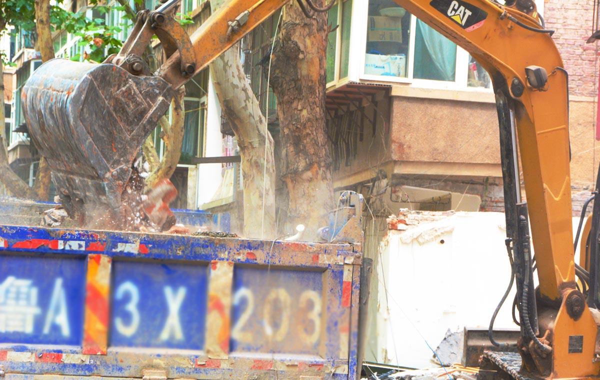济南二七街道拆除又有大动作,山水大润发美食街违建也拆