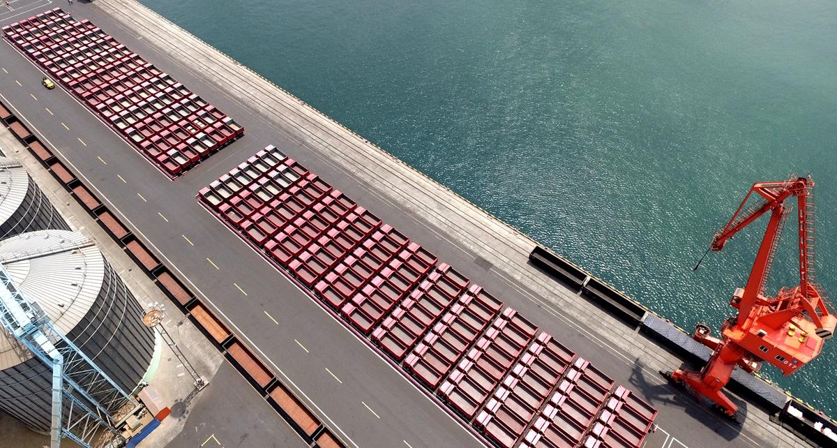 独家航拍丨中国重汽500重卡集结青岛港 登舰运往埃塞俄比亚
