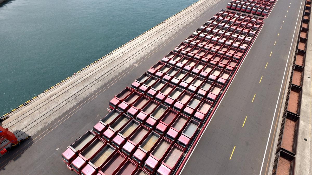 40秒 独家延时看中国重汽重卡出口登舰现场