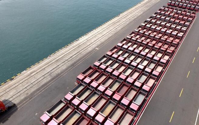 80秒丨独家航拍中国重汽500辆重卡青岛港集结 出口埃塞俄比亚