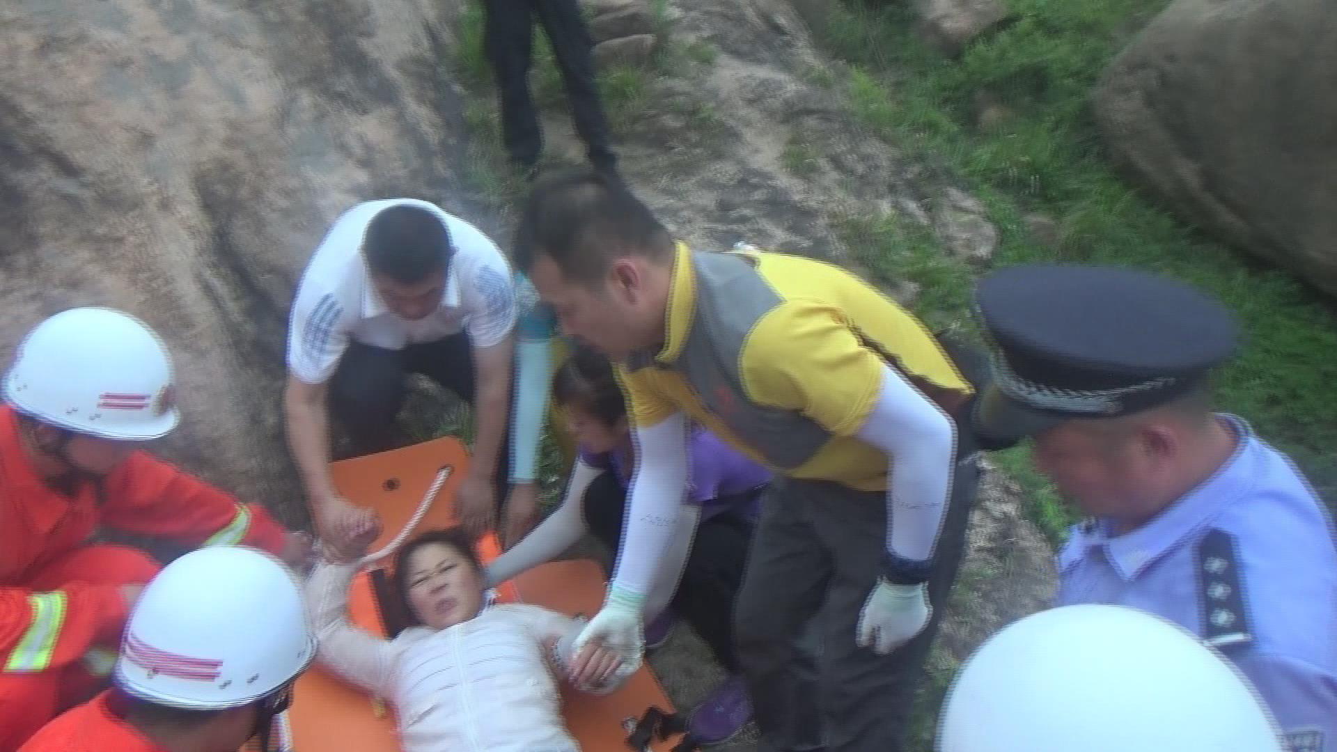 青岛大珠山景区一游客失足跌落山间 消防紧急救援