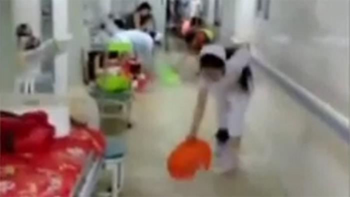 大雨淹了梁山县医院,医护家属齐帮忙,盆舀桶泼泵抽!