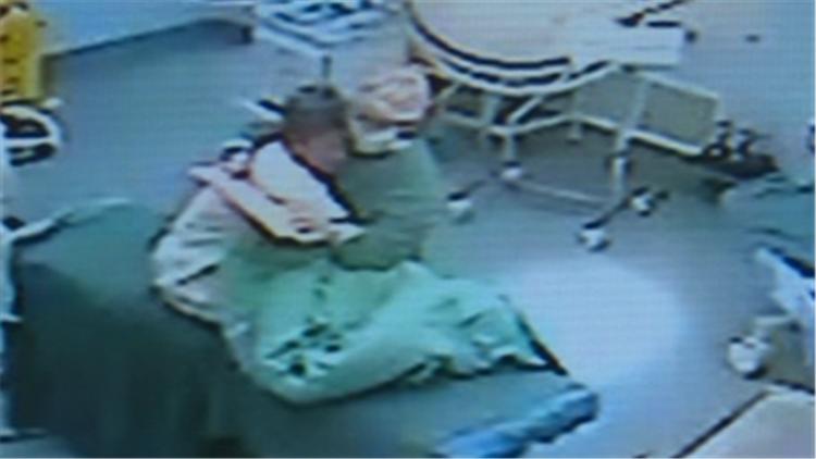 50秒丨爱的拥抱!滕州一护师用真情缓解老人术前恐惧